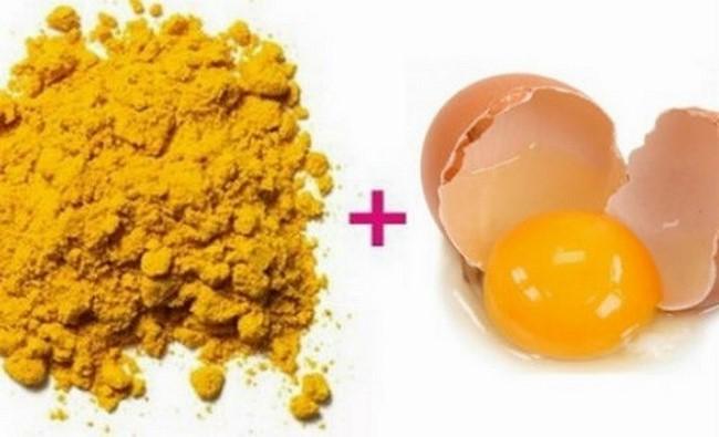 Tinh bột nghệ với lòng đỏ trứng gà