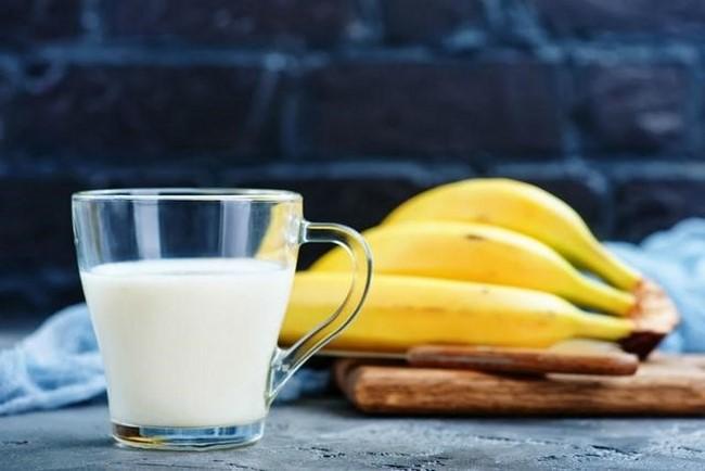 Làm sáng làn da với chuối và sữa tươi không đường